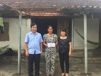 Công đoàn Trường thăm, tặng quà gia đình bị ảnh hưởng bão số 10