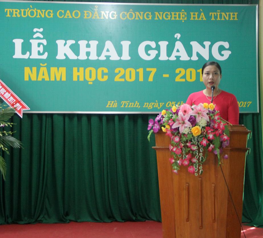 Cô giáo Lê Thị Hoài Nam, Phó Hiệu trưởng nhà trường đọc diễn văn khai giảng năm học mới
