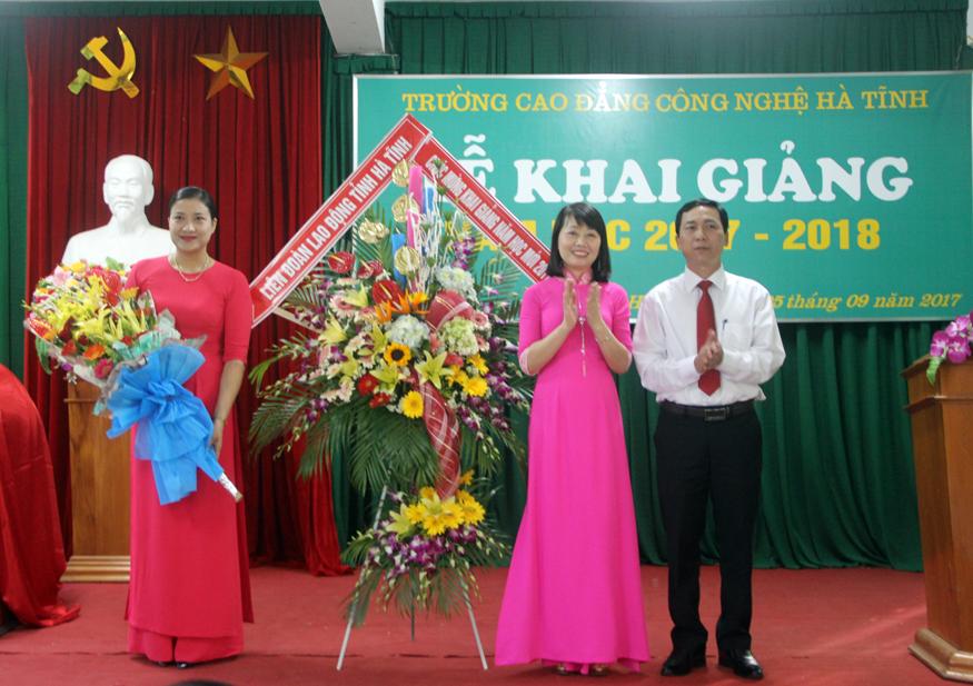 Công đoàn Giáo dục Hà Tĩnh tặng hoa chúc mừng Nhà trường