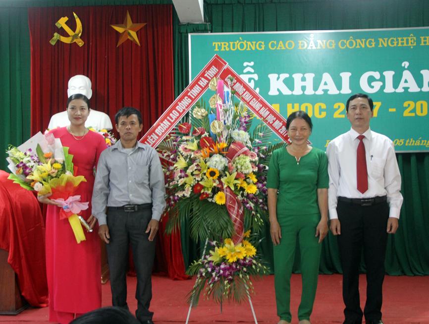 Đại diện hội phụ huynh tặng hoa chúc mừng Nhà trường