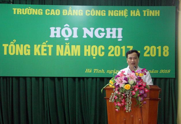 Thầy Nguyễn Đình Đại, Phó Hiệu trưởng nhà trường đọc báo cáo tổng kết năm học 2017 - 2018